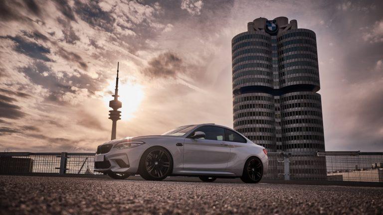 BMW M2 Competition Foto Bild vor BMW Hauptsitz